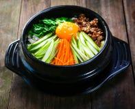 Pot cuit à la vapeur de riz avec des légumes et le style de la Corée d'eeg Photo stock