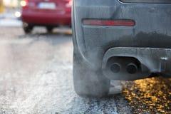 Pot d'échappement de voiture, qui sort fortement des gaz d'échappement en Finlande photographie stock libre de droits