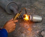 Pot d'échappement en métal de soudure de travailleur avec des étincelles Photos libres de droits