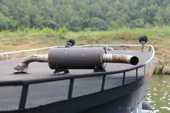 Pot d'échappement rouillé sur un dessus de toit d'un bateau photo libre de droits