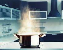 Pot d'acier inoxydable avec la vapeur Images stock