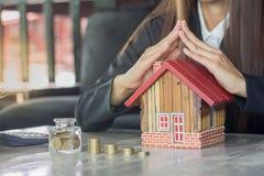Pot d'argent de l'épargne complètement de concept de pièces de monnaie pour s'enregistrer ou investmen photo stock