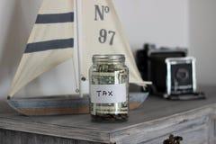 Pot d'argent d'impôts à la maison photo stock