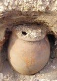 Pot d'argile antique découvert pendant le travail d'excavation Images libres de droits