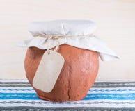 Pot d'argile avec le tissu Photos stock