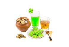 Pot d'argile de jour de saint de Patrick complètement d'argent de bière et d'un peu de trèfle de bande écossaise de whiskey en bo Photographie stock