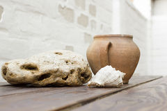 Pot d'argile sur une table en bois Image stock