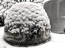 Pot d'or bloqué par la neige photographie stock
