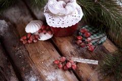 Pot d'une confiture de fraise avec un thermomètre sur un premier rang sur les planches en bois avec les branches impeccables et l Image libre de droits