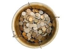 Pot d'or : Vue aérienne des pièces de monnaie d'oxalide petite oseille photo stock