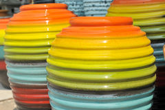 Pot dans beaucoup colorés photos stock