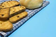 Pot de biscottes croustillantes sur le tapis d'endroit bleu photographie stock