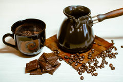 Pot de café avec les grains de café, la tasse et le chocolat photo stock