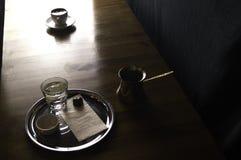 pot de café avec une tasse de café et de chocolat photos libres de droits