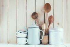 Pot de café, tasses d'émail et cuillères rustiques Photos libres de droits