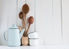 Pot de café, tasses d'émail et cuillères rustiques Photos stock