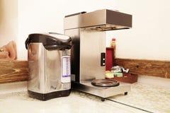 pot de chauffe-eau et machine électriques de café photo stock