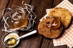 Pot de confiture et de biscuits faits maison Image stock