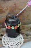 Pot de confiture faite maison de myrtille Photographie stock libre de droits