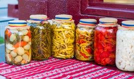 Pot de conserves au vinaigre traditionnelles Image stock