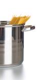 Pot de cuisine avec des spaghetti Images libres de droits