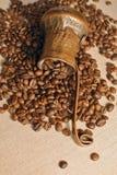 Pot de cuivre de grains de café et de café turc de vintage (cezve ou ibrik) sur le sac à tissu Photos libres de droits