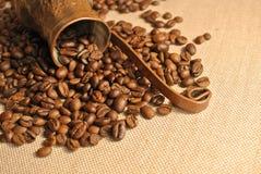 Pot de cuivre de grains de café et de café turc de vintage (cezve ou ibrik) sur le sac à tissu Photo libre de droits