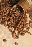 Pot de cuivre de grains de café et de café turc de vintage (cezve ou ibrik) sur le sac à tissu Photo stock