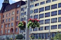 Pot de fleur accrochant à la rue images libres de droits