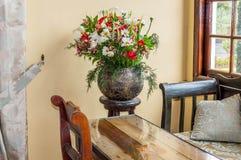 Pot de fleur avec la chaise et le mur de table Images libres de droits