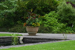 Pot de fleur et étang, jardin de Tintinhull, Somerset, Angleterre, R-U Image libre de droits
