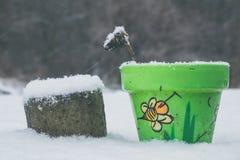 Pot de fleurs avec le dessin d'abeille en hiver image stock