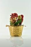 Pot de fleurs et et boîte-cadeau sur le fond blanc Photo stock