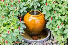 Pot de fontaine dans le jardin Photographie stock libre de droits