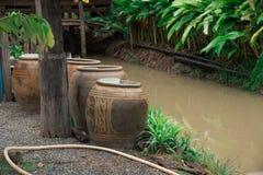 Pot de Gian Water fait d'argile et canaux photo libre de droits