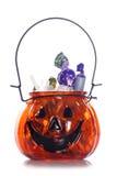 Pot de Halloween de potiron complètement de bonbons Images libres de droits