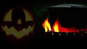 Pot de Halloween sur la longueur de feu de camp clips vidéos