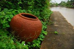Pot de l'eau à la rive Photo libre de droits