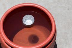 Pot de l'eau avec la cuvette Images stock