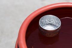 Pot de l'eau avec la cuvette Image libre de droits