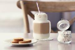 Pot de maçon avec la crème de latte photographie stock libre de droits