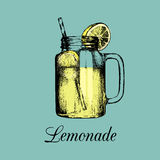 Pot de maçon d'isolement Dirigez la limonade à la maison faite avec la paille et la tranche d'illustration de couleur de citron C Images libres de droits