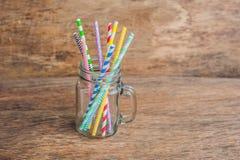 Pot de maçon de vintage et pailles en spirale multicolores Concept de décor de mariage Table douce Une table avec un concept de b Photo libre de droits