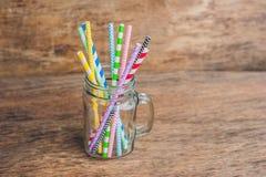 Pot de maçon de vintage et pailles en spirale multicolores Concept de décor de mariage Table douce Une table avec un concept de b Photographie stock libre de droits