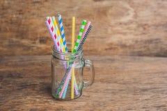 Pot de maçon de vintage et pailles en spirale multicolores Concept de décor de mariage Table douce Une table avec un concept de b Image libre de droits