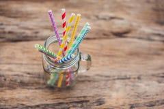 Pot de maçon de vintage et pailles en spirale multicolores Concept de décor de mariage Table douce Une table avec un concept de b Images libres de droits