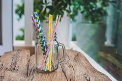 Pot de maçon de vintage et pailles en spirale multicolores Concept de décor de mariage Table douce Une table avec un concept de b Images stock