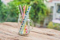 Pot de maçon de vintage et pailles en spirale multicolores Concept de décor de mariage Table douce Une table avec un concept de b Image stock