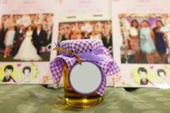Pot de miel avec l'étiquette vide dans l'avant Photo stock