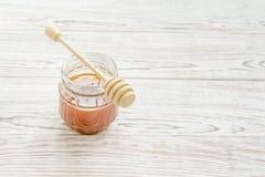 Pot de miel avec le bâton de miel images stock